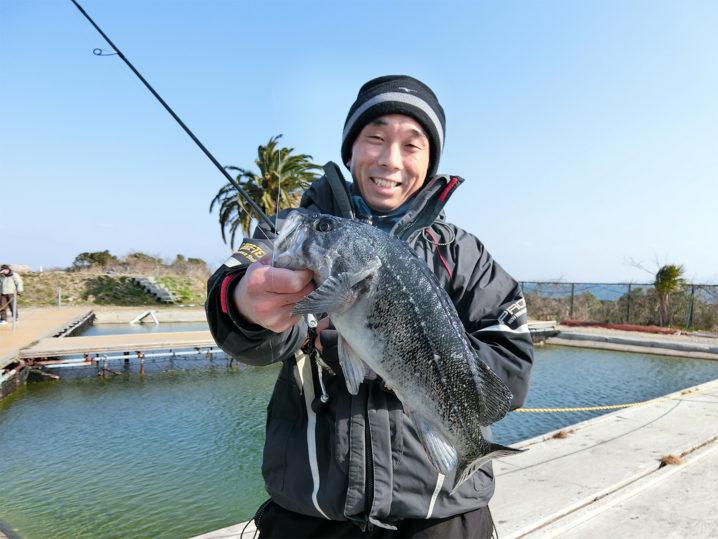 爆釣美浜フィッシングパークで友人がクロソイをルアーで釣る!