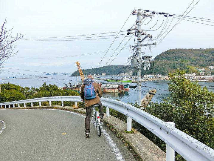自転車を押して坂道を登る