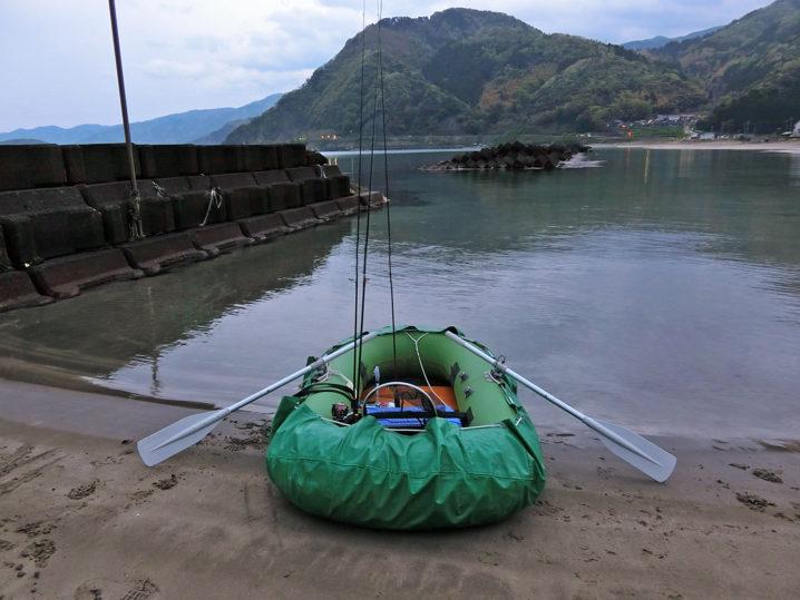ゴムボートを使って沖テトラへ