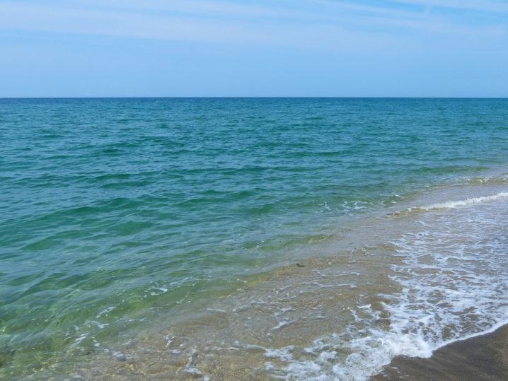 場所は潮通しのいいサーフに決定!真っ昼間・ベタ凪ピーカンの中ヒラメ釣りへ