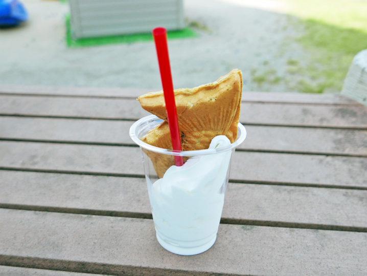本当にソフトクリームにたいやきが刺さっていました