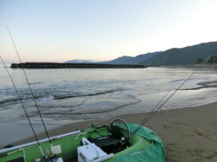 福井県敦賀にあるサーフエリアからゴムボートを使ってエギング開始!