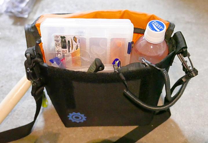 テトラや地磯でのルアーフィッシングで嬉しいコンパクトなショルダーバッグ