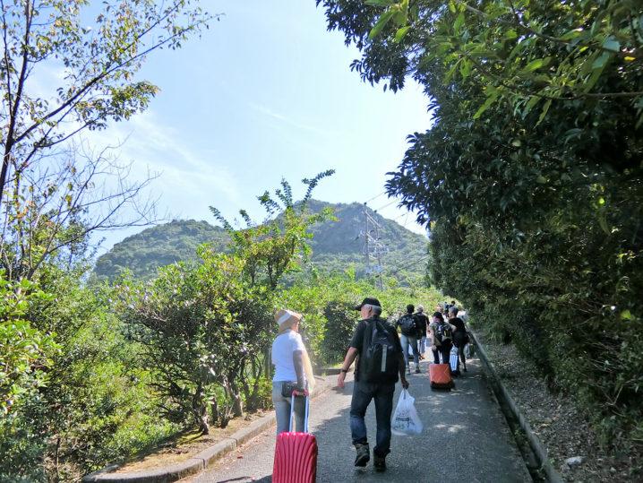 観光客の方々と一緒に山登り