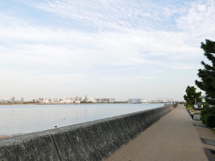 目の前のサーフではなく岸壁のあるエリアまで歩いていきます