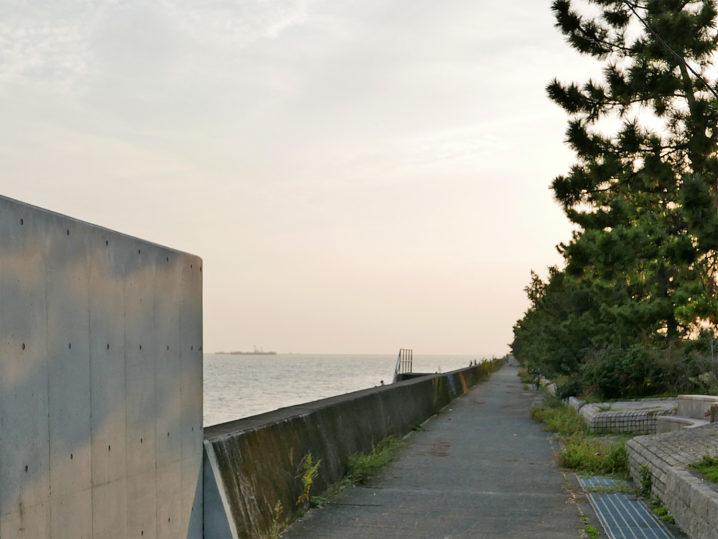 目の前のサーフではなく岸壁のあるエリアまで歩いていきます2