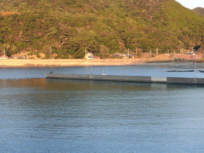 次はワンド状になった湾にある突堤でメッキアジング再開!