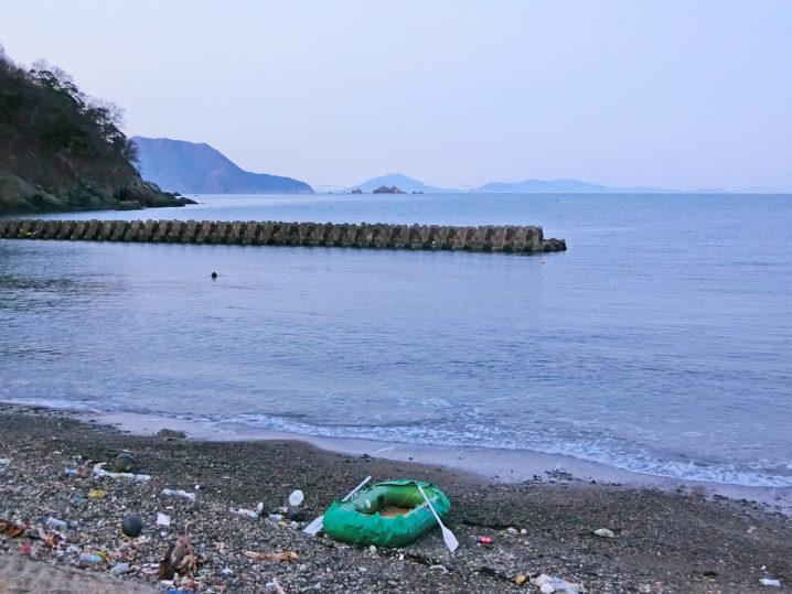 朝7時頃に福井県三方にあるポイントへゴムボートで向かう