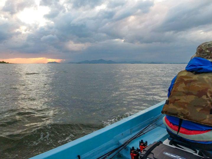 たけと&釣れ釣れさんの琵琶湖北湖のバス釣りの様子