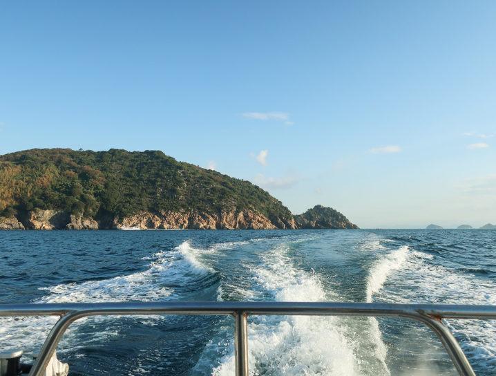 東風から強風予報なので風裏となる坊勢島の沖防波堤へ移動