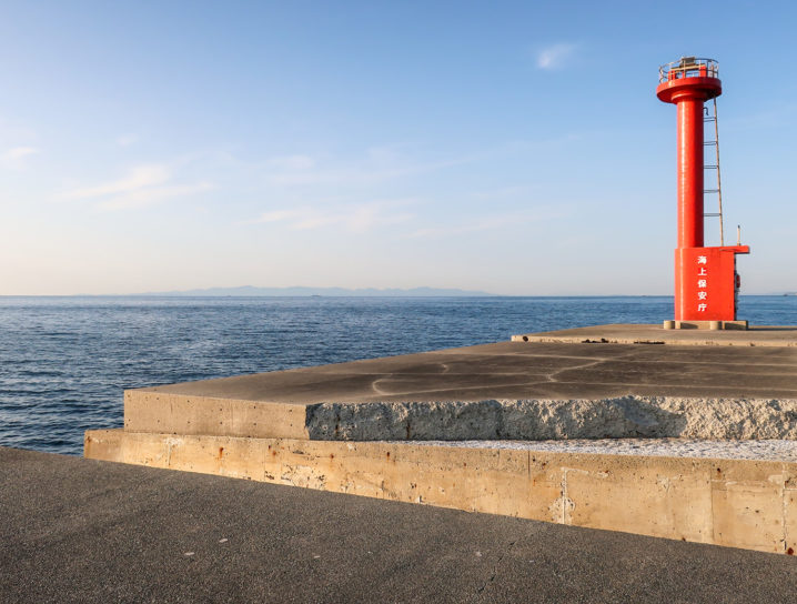 小浦一文字の赤灯台の前に大きな亀裂がありました