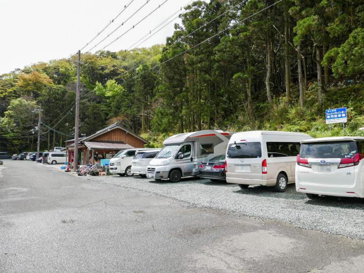 駐車場は施設のすぐ横にあります