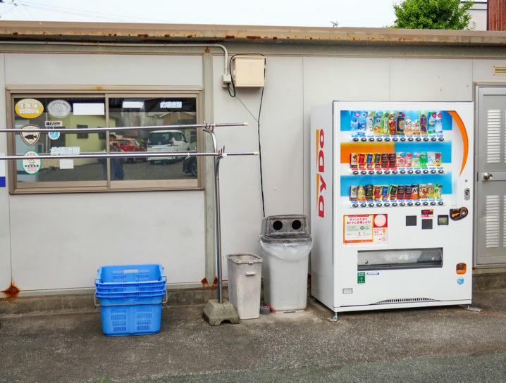受付の前に自動販売機があり飲み物を買う事ができます