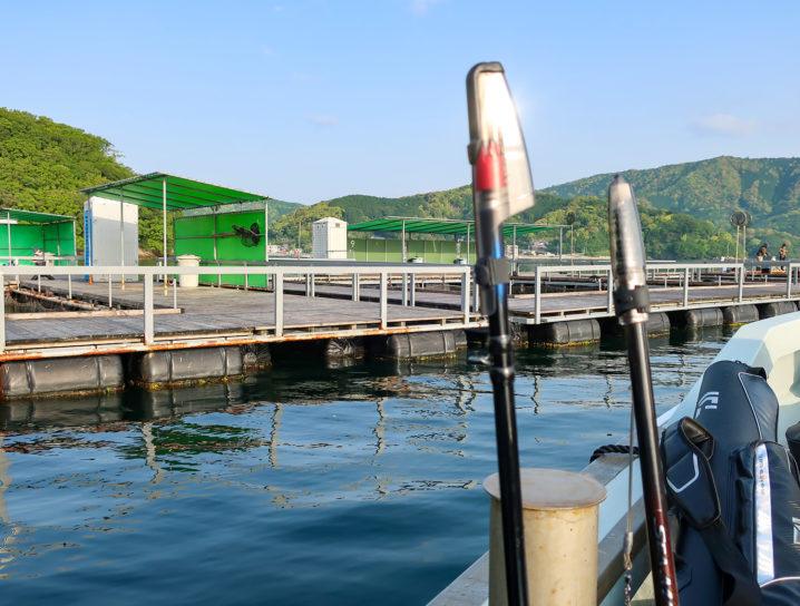 釣りをするイケスは少し沖にあるため船で移動します