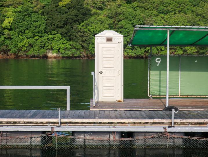 トイレは受付に1カ所・筏1基につき1つずつ設置されています2